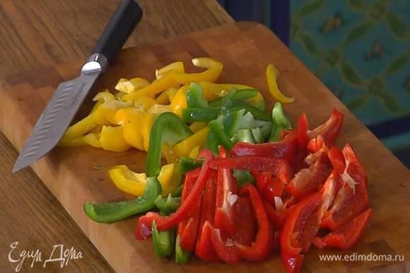 Сладкий перец, удалив плодоножки с семенами, нарезать длинными ломтиками.
