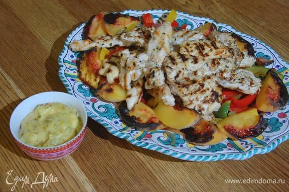 Сладкий перец выложить в глубокое блюдо, сверху разложить запеченные персики и куриные грудки. Подавать с майонезом.