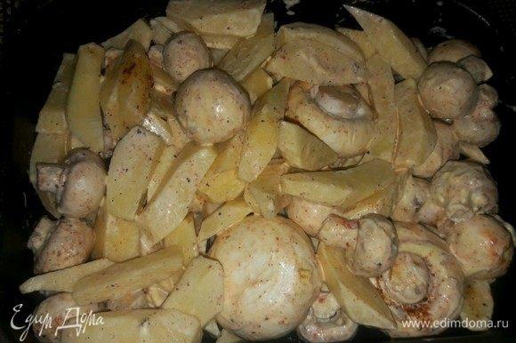 Переложить в противень овощи, закрыть фольгой и запекать в духовке 45 минут до полной готовности.