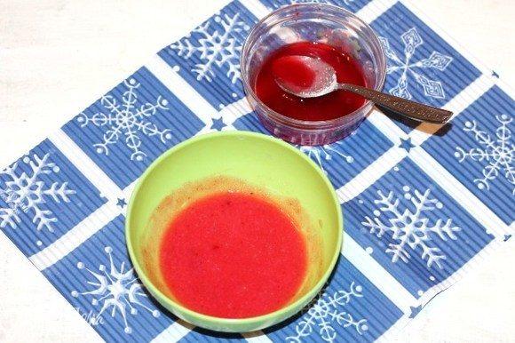 Приготовим помадку. Кислую, красную ягоду (у меня брусника) растираем через сито. Смешиваем 1-2 ст. л. ягодного сока с сахарной пудрой, получаем красивую помадку.