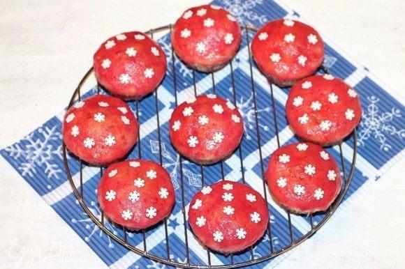 Охлажденные кексы макаем в помадку и кладем на решетку .
