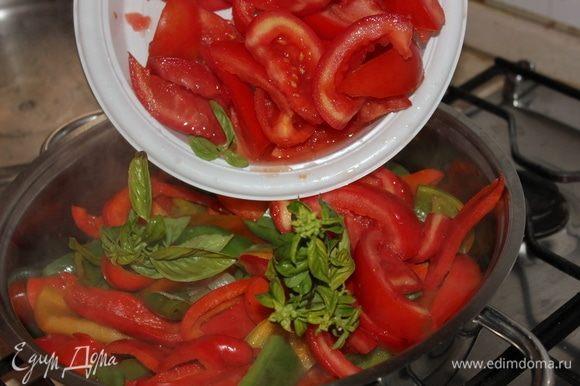 Прошло 30 минут с того момента, как мы добавили перец. Теперь добавляем помидоры и базилик.