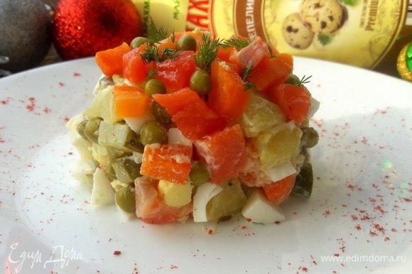 Выложить в порционные тарелки. Сверху украсить зеленью, морковью, добавить зеленый горошек и рыбу.