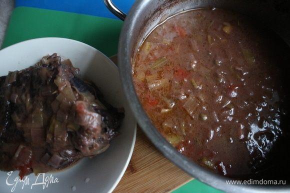 Мясо после трехчасового томления можно вынуть. Дать соусу чуть-чуть остыть. Снять кулинарную нить с мяса.