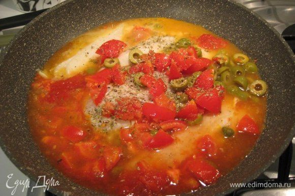 Добавить в сковороду помидоры, оливки, каперсы, томатный соус пассата (по желанию, можно заменить на 1 ч. л. томатной пасты). Посолить, поперчить, добавить щепотку орегано, влить вино и воду, закрыть крышкой, довести до кипения, уменьшить огонь и готовить 15 минут. Если соус кисловат, добавить маленькую шепотку сахара. Посыпать мелко рубленой петрушкой.