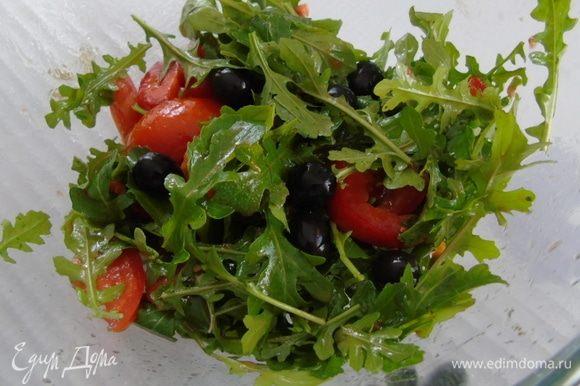 Добавляем оливки, заправляем и перемешиваем.