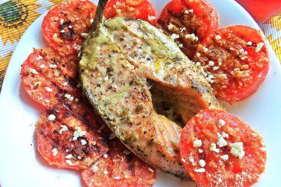 Посыпать сверху на помидорки.