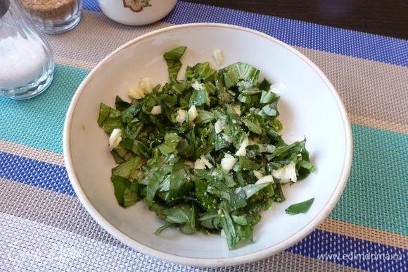 Готовим ароматное масло. Мелко нарежем базилик и чеснок, посолим и оставим на 10 минут обмякнуть.