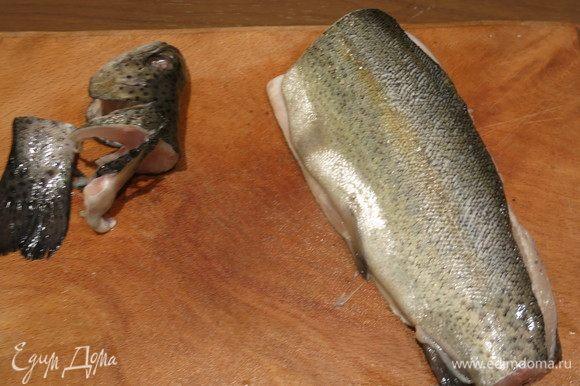 Чистим рыбу, отрезаем головы и хвосты.