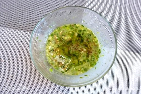Приготовим заправку для салата. Зеленый лук мелко нарежем. Соединим в миске лук, пару ложек рассола от огурцов, лимонный сок, горчицу и душистое подсолнечное масло. Пробить немного блендером. Поперчим.