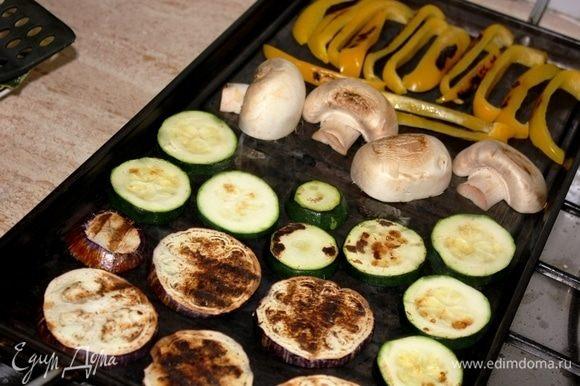На хорошо разогретый гриль выкладываем нарезанные овощи. Готовим на среднем огне, периодически переворачивая овощи на другую сторону (повторить несколько раз). Достать моцареллу из холодильника, поставить прямо в упаковке на батарею. Либо оставить вне холодильника минимум за 3–3,5 часа до ее употребления.