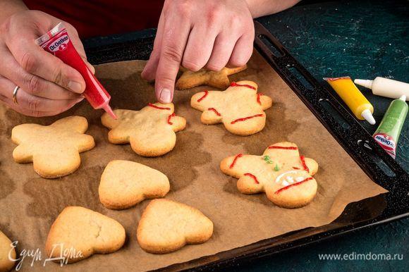 Готовое остывшее печенье оформите с помощью сахарных карандашей для рисования Dr. Oetker.