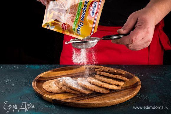 Посыпьте печенье сахарной пудрой с натуральной ванилью Dr. Oetker.