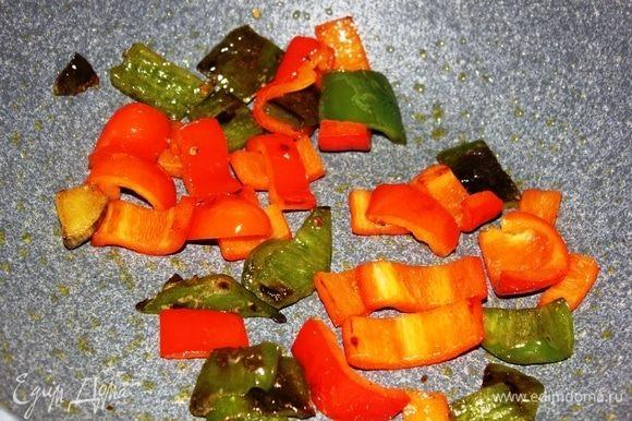 Половину красного болгарского перца и 1 (у меня был небольшой) зеленый болгарский перец нарезать крупными квадратиками, выложить на разогретую сковороду с оливковым маслом. Обжарить на среднем огне, периодически перемешивая, в течение 3–4 минут.