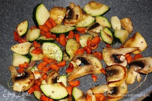 Всыпать кабачок и шампиньон в сковороду к моркови. Посолить, добавить щепотку сушеного тимьяна. Обжарить до полуготовности.