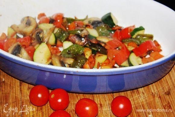 Когда одна сковорода уже готова, а вторая еще «доходит», можете выложить готовые овощи к перцам, так им будет веселее ))