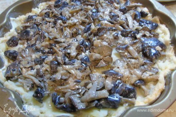 Грибы обжарьте с нарезанным луком на оливковом масле, выкладывайте их поверх картофеля.