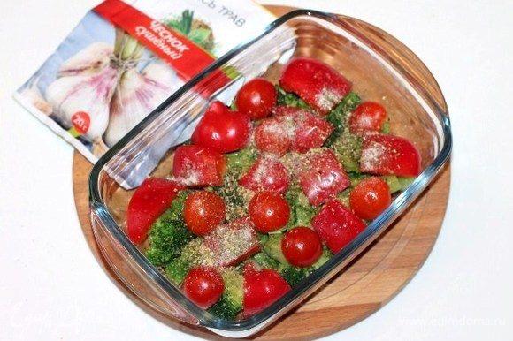 На капусту положить дольки помидор и сладкого перца, посыпать приправой (у меня «смесь трав») 0,5 ч. л., сухим чесноком, посолить и поперчить.