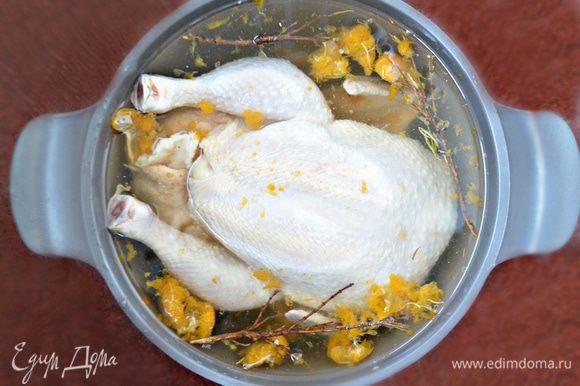 Курочку необходимо разморозить, если она у вас была заморожена, и поместить в сильно соленую воду (примерно 3 ст. л. соли на 5 литров воды) на 2 часа (если есть время, то можно и на ночь). В эту же воду я добавила розмарин (лучше свежий) и измельченные мандарины. Замачивание курицы в таком ароматном соленаде придаст мясу особую сочность и аромат.