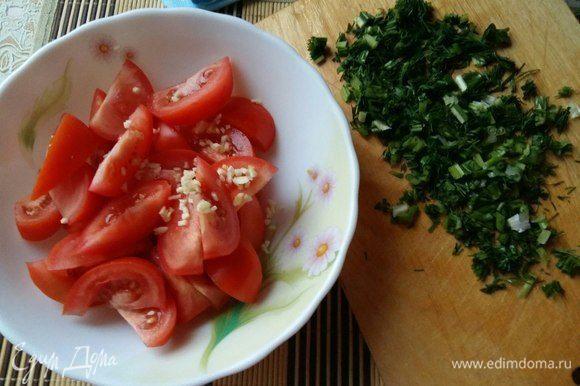 Пока готовится запеканка, приготовим легкий салатик. Для этого просто порежем на дольки помидоры, мелко покрошим чеснок, порежем зелень, добавим соль, польем кукурузным ароматным маслом либо любым другим и перемешаем. Вкусный салат, очень его люблю.