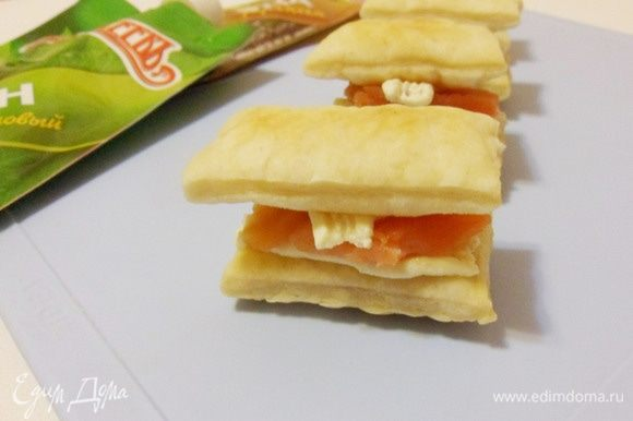 На сырную массу положить второй прямоугольник.
