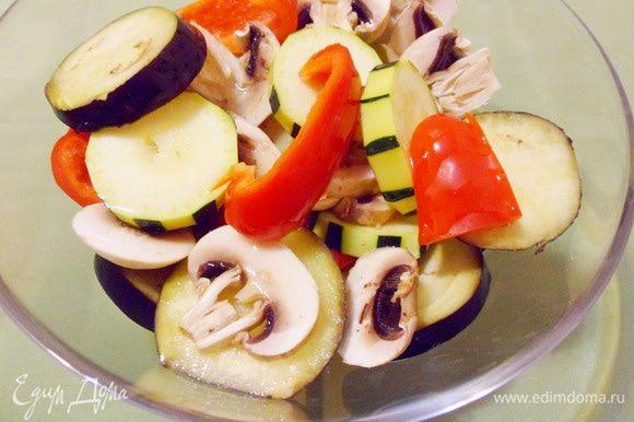 Смазать все овощи растительным маслом, посолить и поперчить.