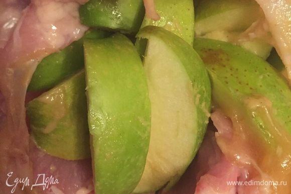 Яблочными дольками наполняем курочку.