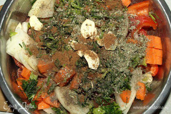 Соединить мясо, колбасу и овощи в миске. Добавить оливковое масло, соль и перец по вкусу, мускатный орех, шалфей, чеснок, мелко рубленную зелень и все хорошо перемешать.