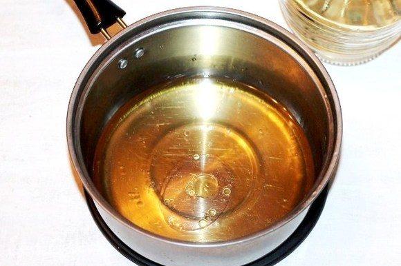 Приготовим тесто для пирожков. Смешиваем растопленное сливочное масло с салом. Вместо сала у меня 40 г бекона в/к, порезанный пластинами. Бекон обжарила на сливочном масле, т. е. вытопила жир, 20 граммов. Оставшейся обжаренный бекон, я мелко порезала и добавила в мясной фарш. К маслянистой смеси добавляем вино, воду и соль, доводим до кипения, но не кипятим.
