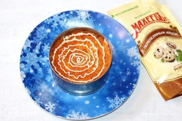 Четвертый слой — морковь, подсолить+майонез.