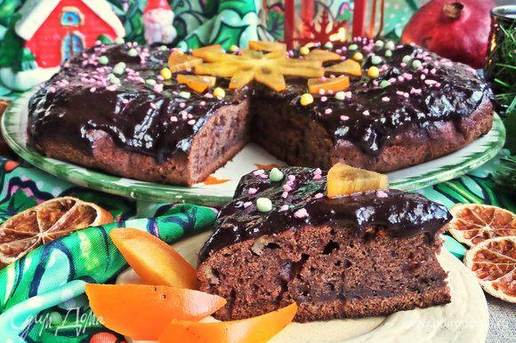 Текстура и вкус пирога немного напоминает брауни.