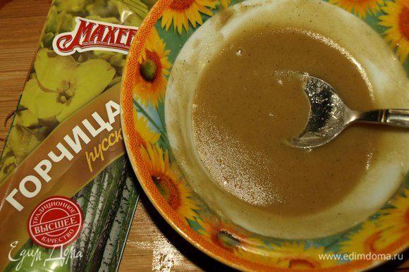 Добавляем мед, соль, перец, лимонный сок. Все перемешиваем. Лучше готовить заправку и ориентироваться на свои вкусовые предпочтения (острее/слаще).