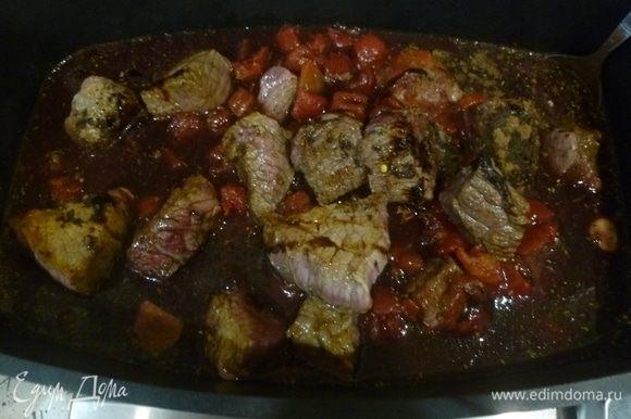 Разогреть духовку до 140°С. В кастрюлю добавить томаты, пасту, вино, уксус. Залить водой так, чтобы она едва покрывала содержимое. Довести до кипения, добавить сушеный чили, соль. Накрыть кастрюлю и отправить в духовку на 4 часа. Если нет крышки, то можно накрыть фольгой.