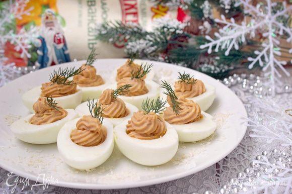 По желанию, декорировать сервировочное блюдо кокосовой стружкой («снег»). Приятного аппетита!