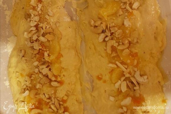 Выкладываем орехи и цедру. Здесь добавлены дольки мандарина.