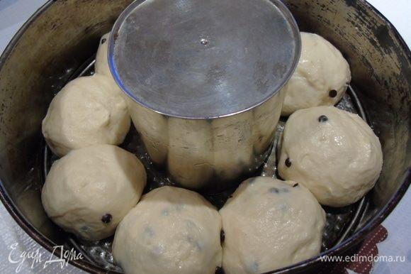 Тесто поделите на равные части и сформируйте булочки, накрыть полотенцем и дать 30 минут подойти.