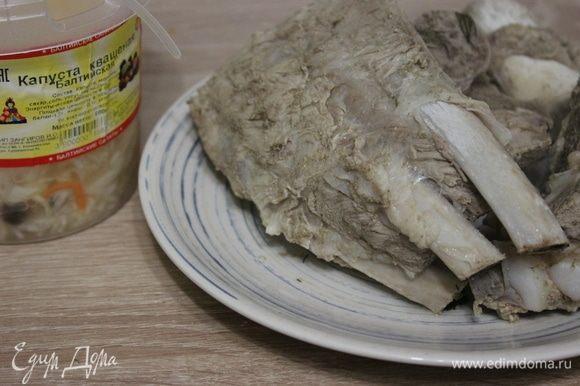 Вынуть мясо из бульона, дать остыть. Зелень, горошины перца удалить из бульона.