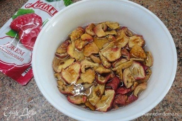 Сушеные яблоки залить кипятком, накрыть и оставить настаиваться.