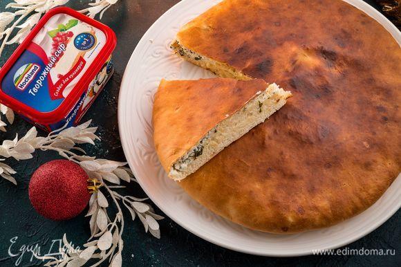 Выпекайте при температуре 250°С в течение получаса. Смажьте верх готового пирога сливочным маслом. Приятного аппетита!
