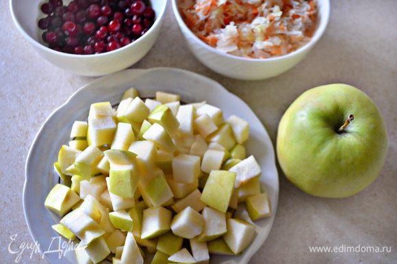 Одно крупное зеленое яблоко нарезать на небольшие кубики.