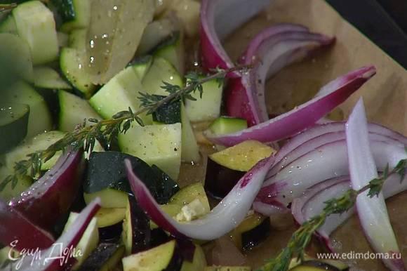 Противень выстелить бумагой для выпечки, выложить все овощи, кроме сладкого перца, сверху разложить веточки тимьяна, лавровые листья, полить все оливковым маслом, посолить и поперчить.