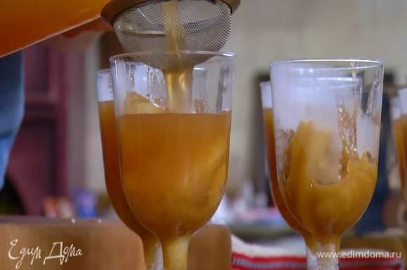 На дно прозрачных бокалов выложить яблочные дольки, через сито залить яблочным соком с желатином и отправить в холодильник минимум на пару часов.