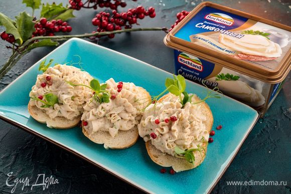 Тщательно взбейте все ингредиенты, чтобы получился нежный паштет. Добавьте соль и специи по вкусу. Подавайте паштет на ломтиках багета, украсив лепестками зелени. Приятного аппетита!