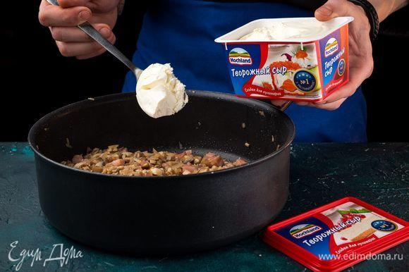 Добавьте творожный сыр Hochland «Для кулинарии», соль и специи, хорошо перемешайте.