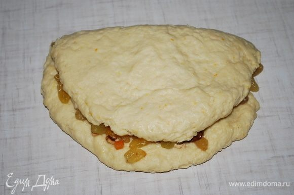 Сложим тесто и перемешаем равномерно цукаты, орехи и изюм с тестом.