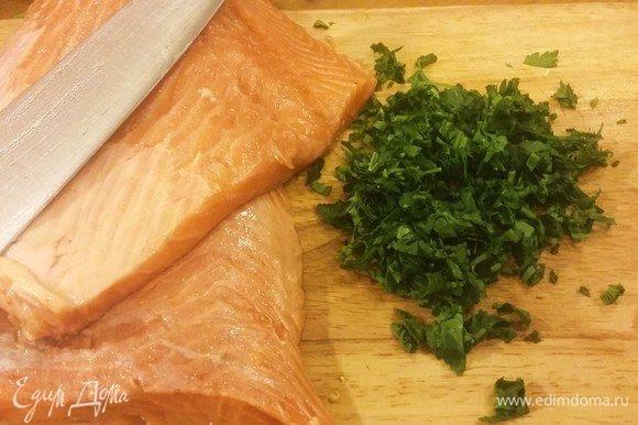 Третий слой — лосось. Самый эффективный вариант — купить целую рыбу кг на 2-3, снять филе и четверти рыбки будет более чем достаточно. Аккуратно нарезаем на небольшие кусочки этот кладезь Омеги и прочих необходимых для человека жиров и витаминов. Подсаливаем и смешиваем с нашинкованным пучком петрушки.
