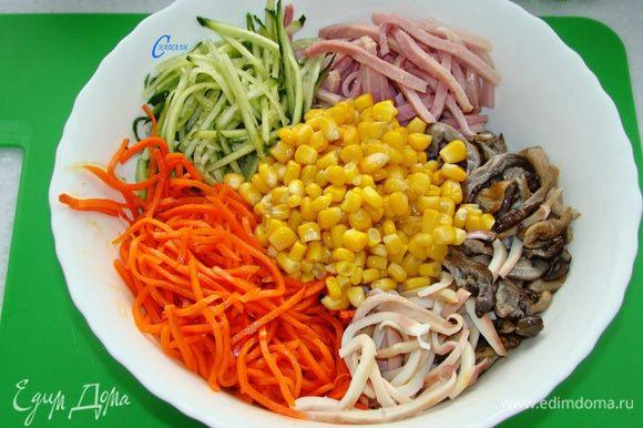 В миске смешать все ингредиенты, добавив морковь по-корейски и консервированную кукурузу. Заправить майонезом. Для пикантного вкуса я добавила горчицы. Посолить и поперчить.