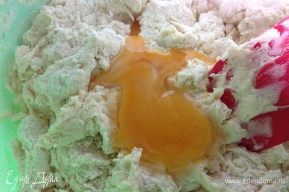 Замешиваем лопаткой чтобы молоко впиталось в муку и добавляем яйцо.
