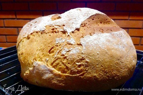 Хлеб испекся, вынимаем его на решетку остыть.