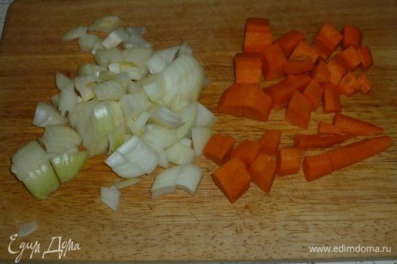 Лук и морковь нарезать средними кусочками.